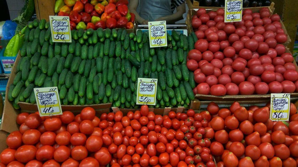 Made in Russia: Tomaten und Gurken in der Auslage eines Supermarkts